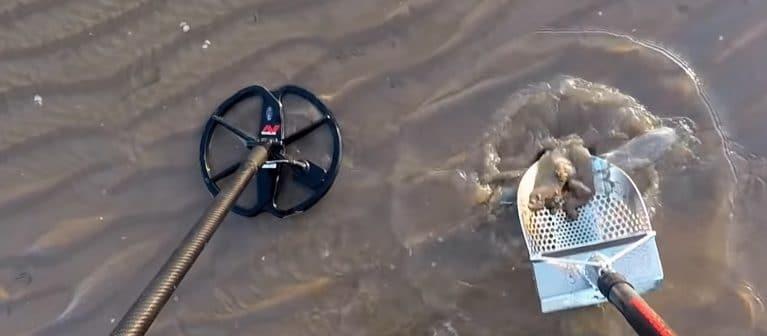 CTX 3030 metal detecting at beach